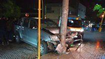 estremecedor video: un poste salvo a un peaton de ser atropellado