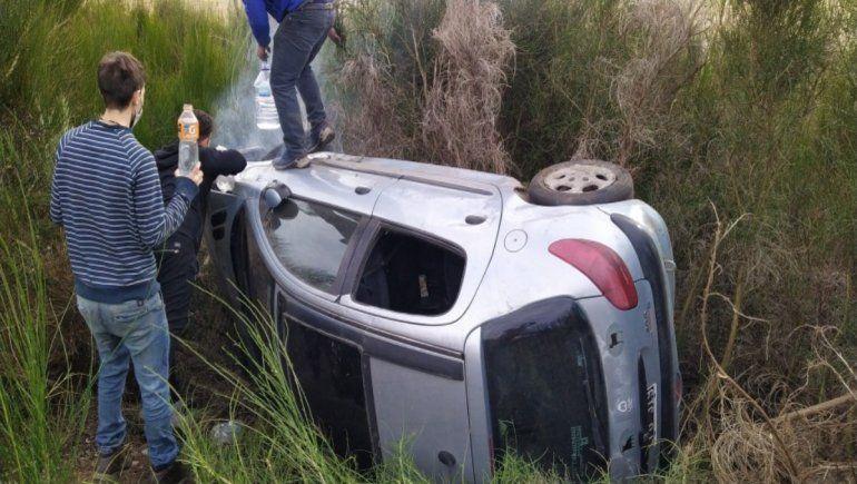 Un conductor borracho perdió el control del auto y volcó a metros del ingreso al aeropuerto de Chapelco. En el auto iban también dos mujeres con sus pequeños hijos.