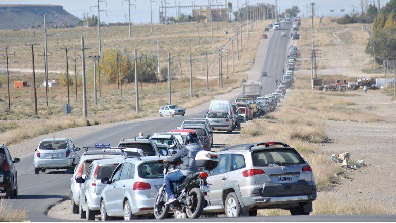 Filas interminables: el calvario de cargar combustible en Zapala