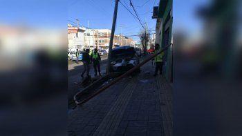 Intentó esquivar un taxi y chocó contra dos postes de luz en el centro