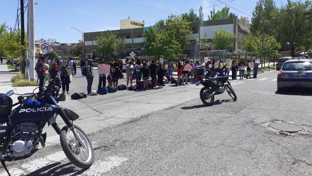 alumnos reclaman por abusos y acosos dentro de un colegio neuquino