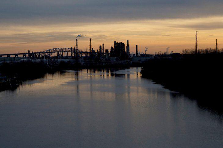 Imagen de archivo de la refinería Philadelphia Energy Solutions durante una una puesta de sol en Filadelfia
