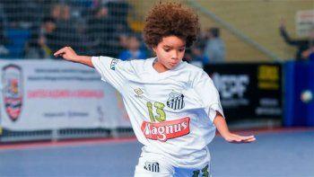 con 8 anos, es un genio en el futbol y ya firmo su primer contrato con una famosa marca