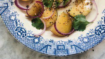 ensalada de cebolla morada, cilantro y ciruela