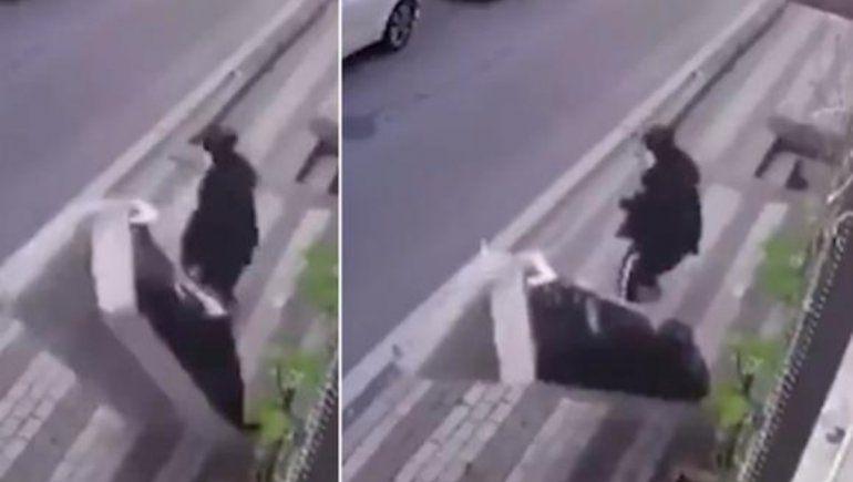 Viral: lanzó el sofá por la ventana y casi mata a su vecina.