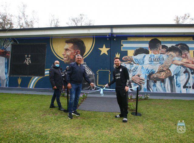 Messi inauguró el mural de los campeones: el gesto de Dibu y el festejo de Di María
