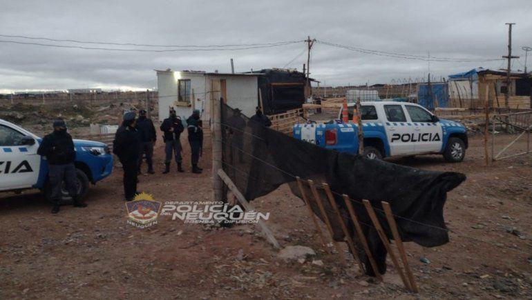 Además de demorar a cuatro de los presuntos integrantes de la banda delictiva, la Policía secuestró armas de fuego y municiones.