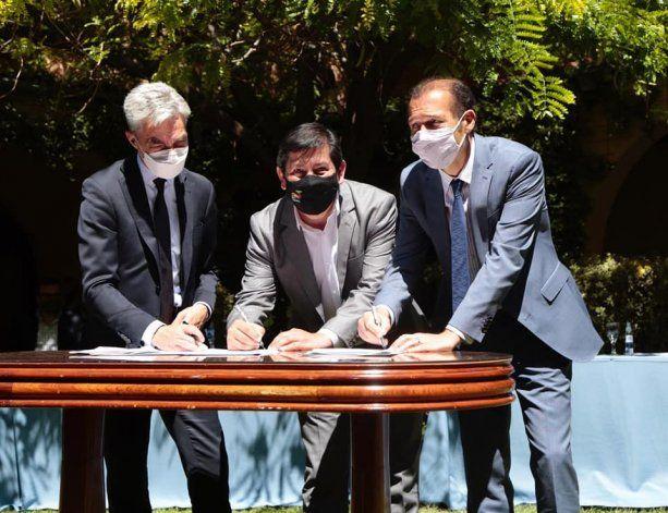 El intendente Sandro Badilla junto al gobernador Omar Gutiérrez.
