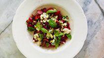 receta fresca: ensalada de cerezas, queso azul y almendras