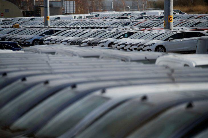 FOTO DE ARCHIVO: Vehículos estacionados en la planta de Vauxhall mientras continúa el brote de la enfermedad coronavirus (COVID-19)