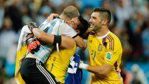 El abrazo con Romero, al que le dedicó una emotiva arenga previo a los penales con Holanda.