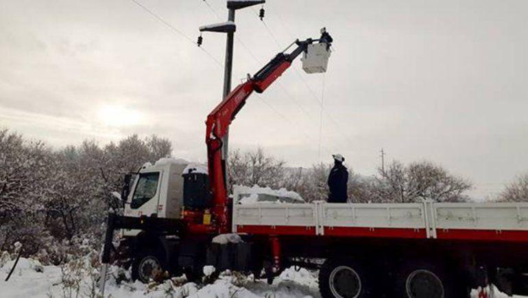 El hielo complicó tareas para restablecer la luz en Piedra del Águila