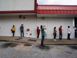IMAGEN DE ARCHIVO. Personas que perdieron sus empleos esperan en una fila para completar pedidos de seguros por desempleo en medio del brote de coronavirus, enFayetteville, Arkansas, EEUU. Abril 6,