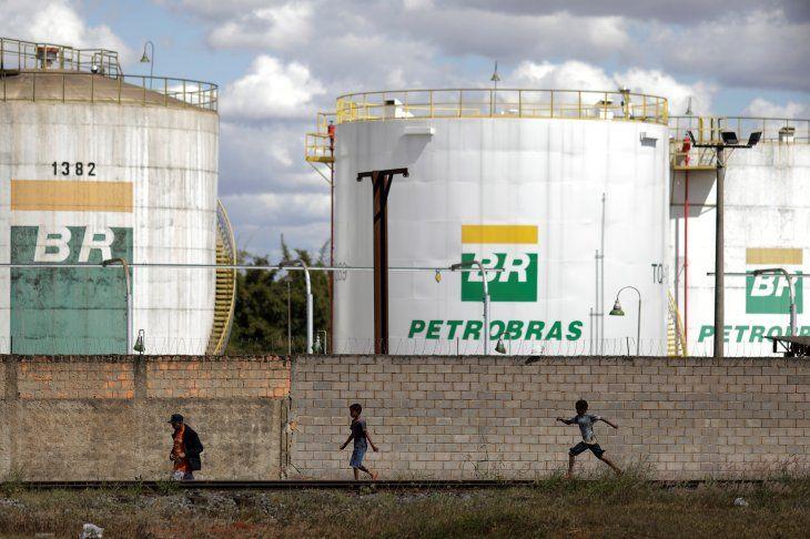 FOTO DE ARCHIVO. Personas caminan frente a los tanques de la empresa estatal de petróleo brasileña