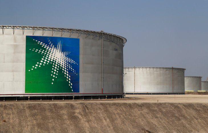 IMAGEN DE ARCHIVO. Vista de tanques de almacenamiento de crudo de la instalación de Saudi Aramco en Abqaiq
