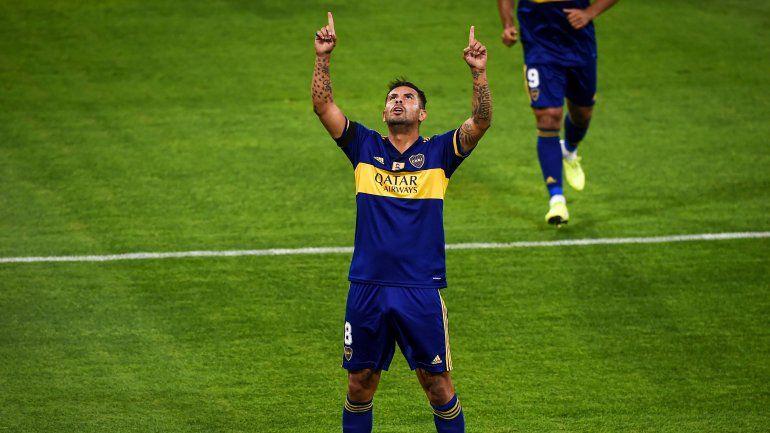 El colombiano Cardona la rompió y fue la gran figura. Le dedicó sus dos goles a Maradona.