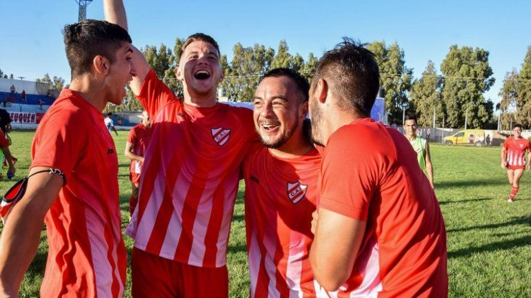 Los pibes de Independiente, festejando el triunfo en la final patagónica ante Newbery.