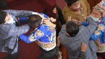 escandalo en bolivia: trompadas en el congreso entre legisladores