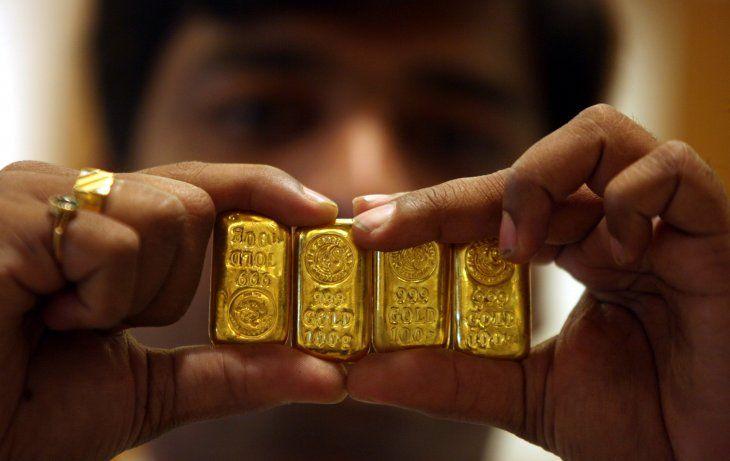 Imagen de archivo de un vendedor mostrando barras de oro en una joyería durante el festival Akshaya Tritiya en la sureña ciudad india de Hyderabad. 6 de mayo