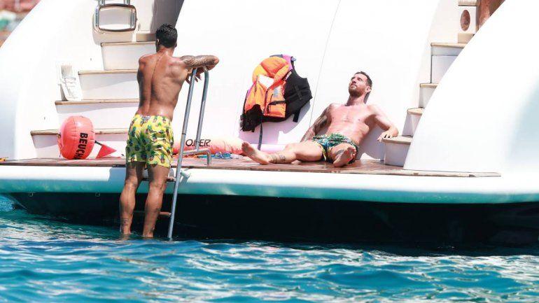 Las primeras imágenes de las vacaciones de las familias de Messi y Suárez en Ibiza