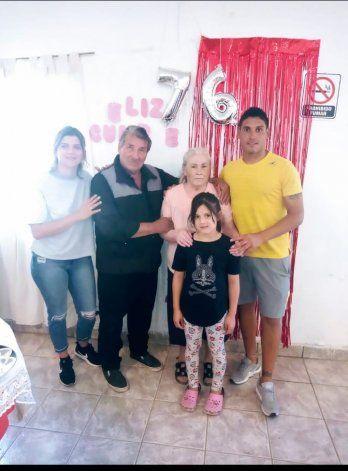 El Goldo Sáez con sus queridos abuelos, recientemente fallecidos, y su amada familia.