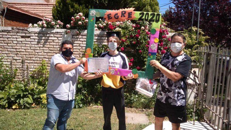 Estudiantes de la Escuela secundaria del IFD N° 6 recibieron su diploma de la mano de los docentes.