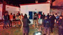 El momento en que la policía irrumpió en la casa donde se desarrollaba la fiesta.