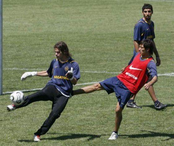 Criado observa a Gago y Nery Cardozo en un entrenamiento de su época en Boca.