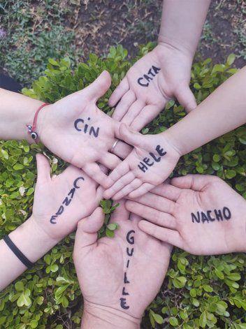 La iniciativa de Abuelas propone que quienes quieran también graben el momento en que se escriban las manos, se saquen las fotos solos o en familia