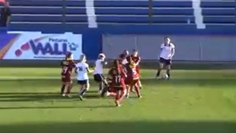 Video: tremenda batalla campal y piñas entre jugadoras de fútbol