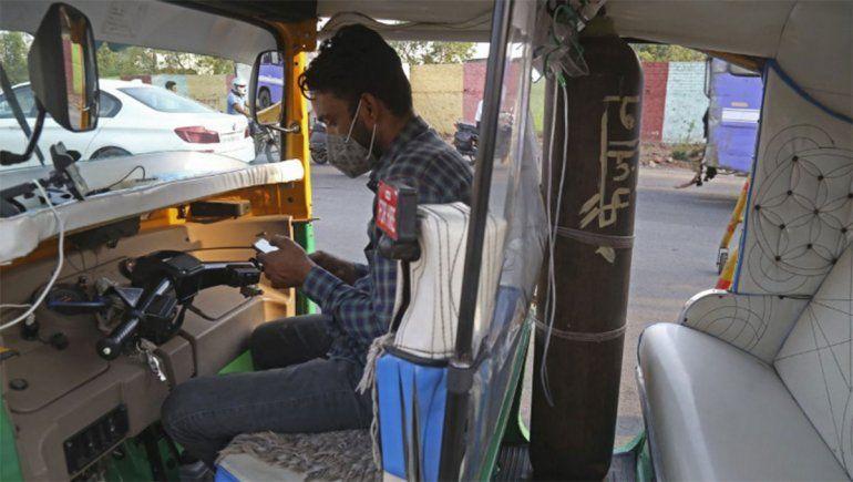 India: convirtió su humilde tuk-tuk en una ambulancia para pobres