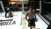 imagenes sensibles: quedo inconsciente en plena pelea y culpan al arbitro