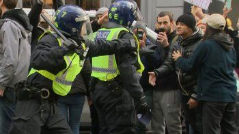 londres: mas de 60 detenidos en marcha anticuarentena