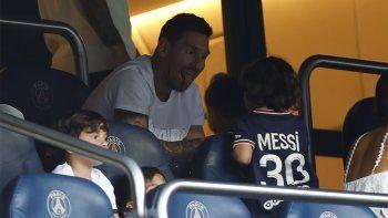 el psg tiene a tres messi: lio hizo cola para anotar a sus hijos a futbol