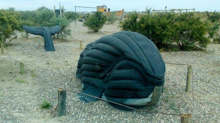 El cetáceo confeccionado con neumáticos