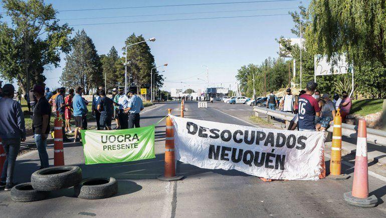 Ex trabajadores de la Uocra cortan los puentes carreteros