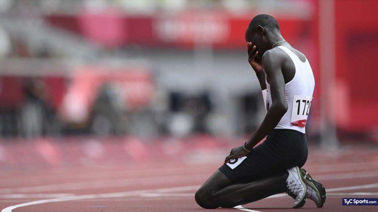 El desgarrador llanto de un atleta refugiado que se tropezó y terminó último