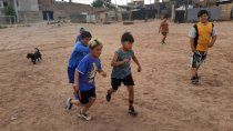 juntan zapatillas para chicos de una escuelita de futbol de una toma