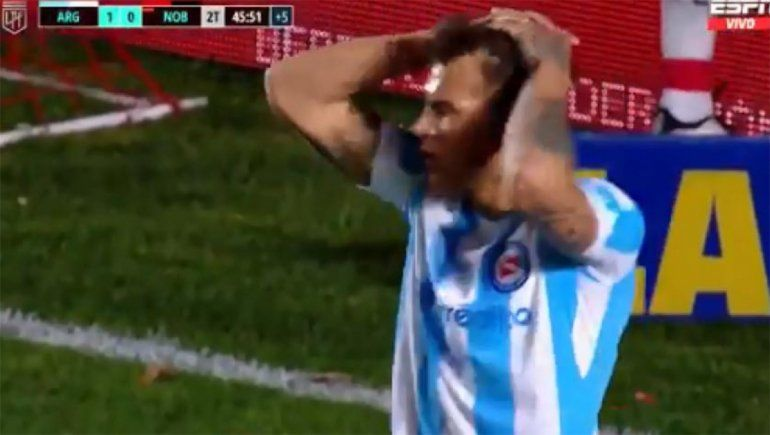 Reniero lamenta el gol errado con la camiseta alternativa de Argentinos Juniors