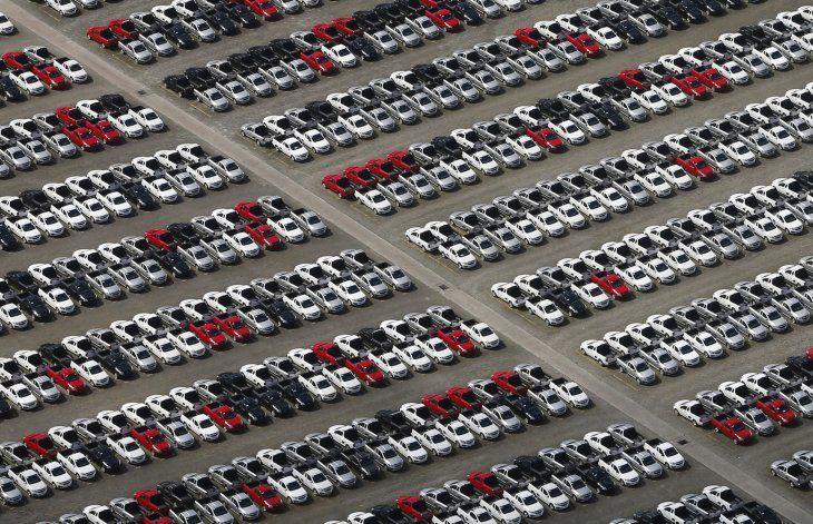 Imagen de archivo de nuevos vehículos de Volkswagen en un estacionamiento de la factoría de la firma en Sao Bernardo do Campo