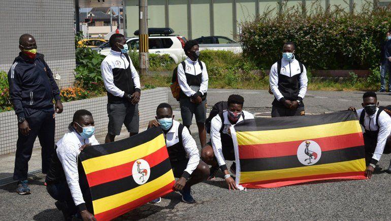 Julius Ssekitoleko junto al resto del equipo olímpico de Uganda.