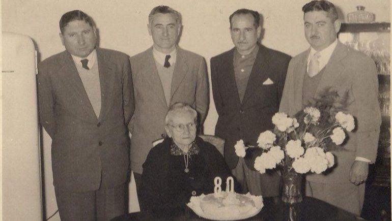 Hermanos Osés y su madre.