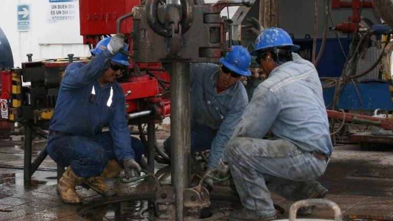 Los gremios petroleros negocian un aumento en torno al 20%.