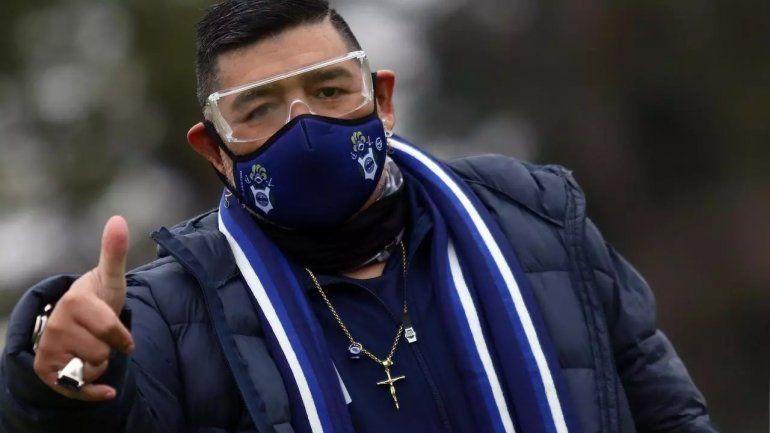 Maradona, en su cumpleaños número 60, estaría en el debut de su equipo.