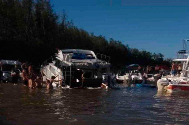 Tras la fiesta, el yate terminó semihundido en el río Paraná.