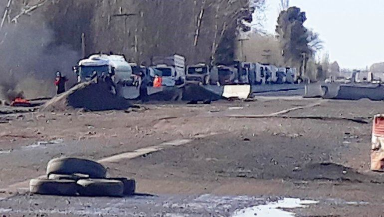 Caos de tránsito en Ruta 22 por piquete de vecinos aislados por la obra