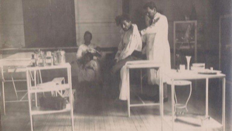 Castro Rendón atendiendo en el centro de salud.