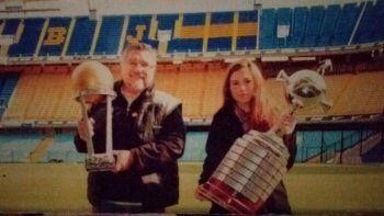 Daniel junto a su recordada hija Valentina con las Copas en una visita posterior a La Bombonera.