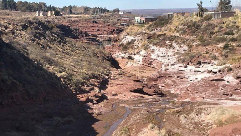El Chocón: denuncian pérdida de agua, de cloacas y contaminación