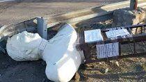 vandalo intento decapitar el busto de kirchner y lo tiraron sobre la ruta 40